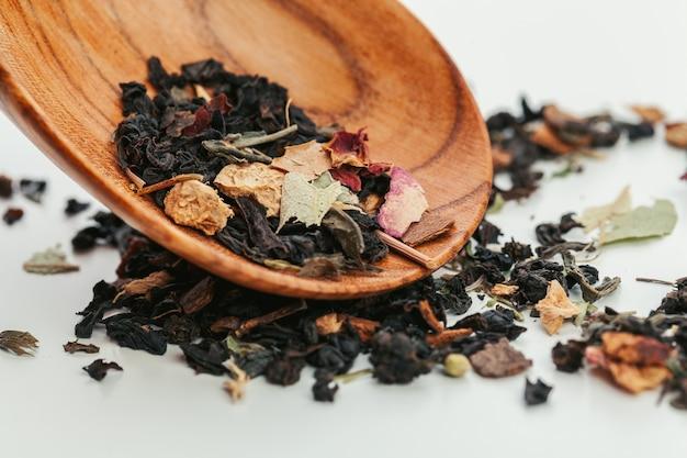 Auswahl an trockenen teeblättern