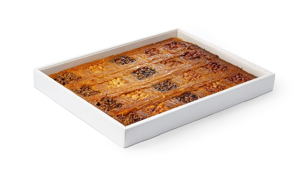 Auswahl an türkischem baklava-dessert in einer weißen schachtel isoliert auf weißem hintergrund