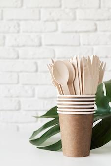 Auswahl an umweltfreundlichen utensilien