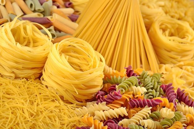 Auswahl an ungekochten italienischen nudeln aus nächster nähe