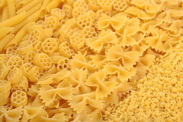 Auswahl an ungekochten italienischen nudeln hautnah als hintergrund
