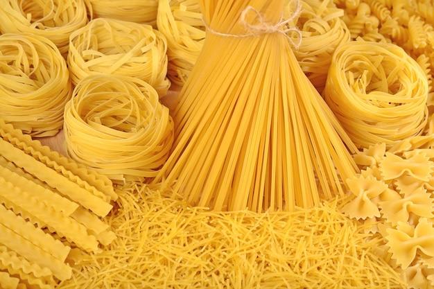 Auswahl an ungekochten italienischen nudeln