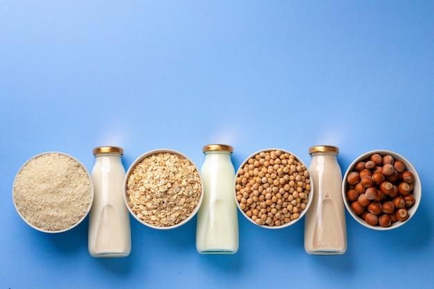 Auswahl an vegetarischer laktosefreier milch aus nüssen und getreide