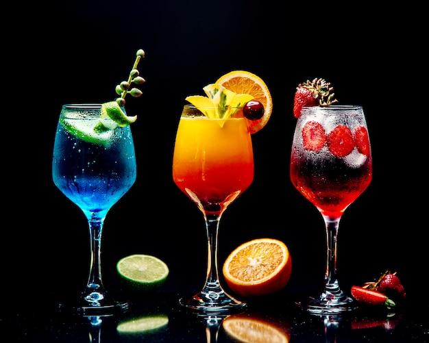 Auswahl an verschiedenen cocktails auf dem tisch