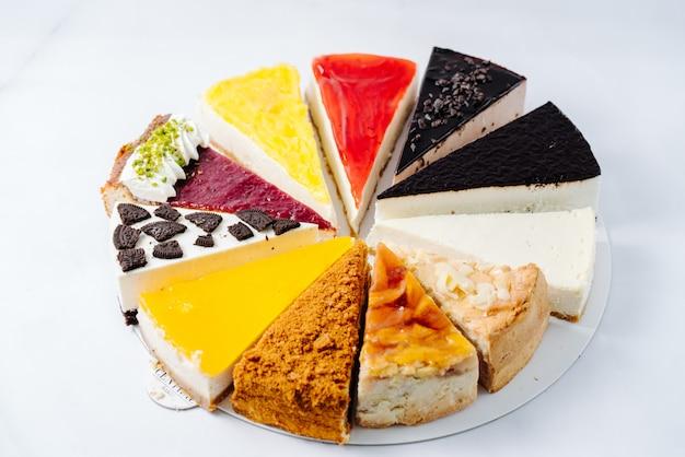 Auswahl an verschiedenen desserts auf teller serviert
