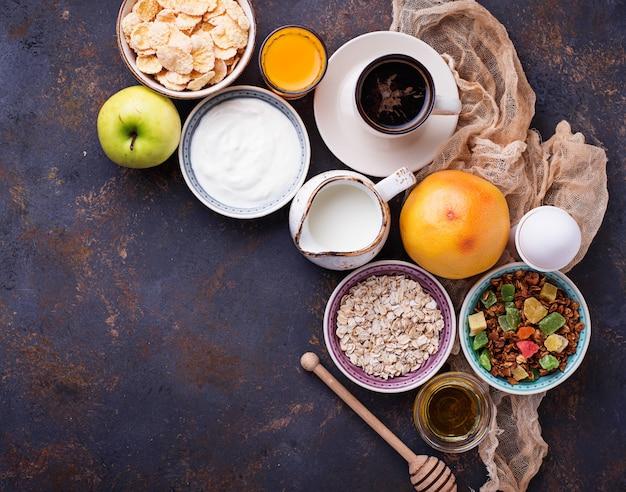 Auswahl an verschiedenen gesunden frühstück.