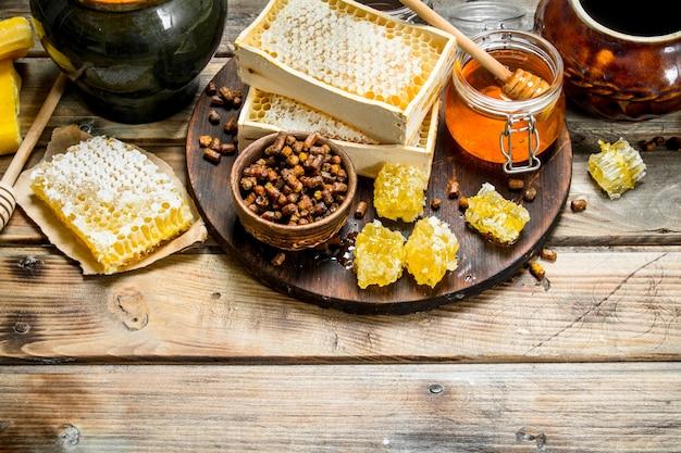 Auswahl an verschiedenen honigsorten. auf einem holz.