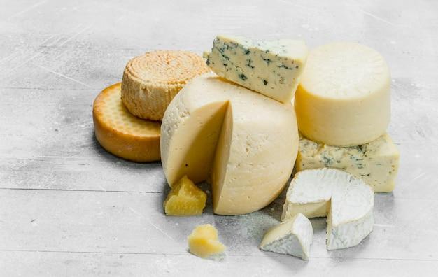 Auswahl an verschiedenen käsesorten. auf einem rustikalen hintergrund.