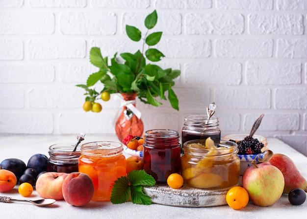 Auswahl an verschiedenen marmeladen in gars