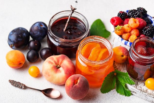 Auswahl an verschiedenen marmeladen in gläsern