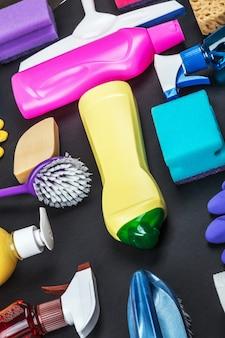 Auswahl an verschiedenen reinigungsmitteln für das haus
