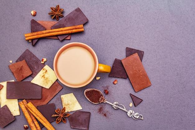 Auswahl an verschiedenen schokoladensorten und kaffee