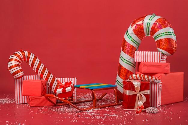 Auswahl an weihnachtsgeschenken und geschenken