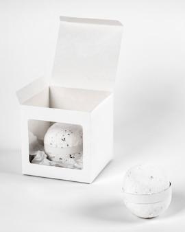 Auswahl an weißen badebomben