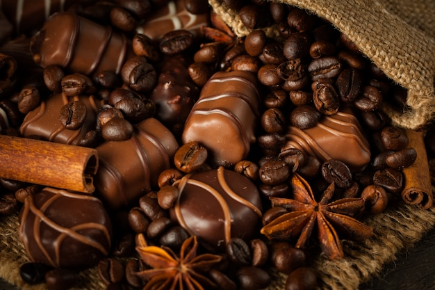 Auswahl an weißer, dunkler und vollmilchschokolade