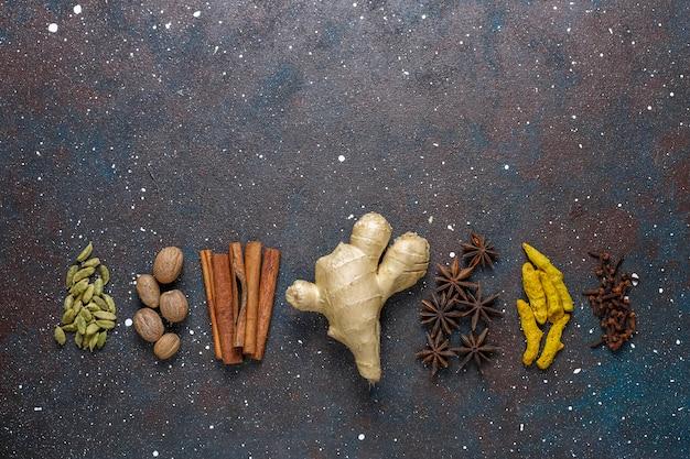 Auswahl an wintergewürzen. Kostenlose Fotos