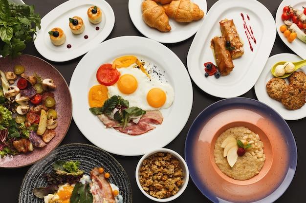 Auswahl beim frühstück im restaurant mit speck und spiegeleiern
