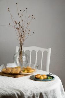 Auswahl einer leckeren gesunden mahlzeit auf dem tisch