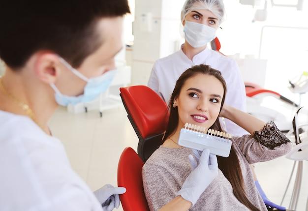 Auswahl einer zahnfarbe mit hilfe von spezialgeräten