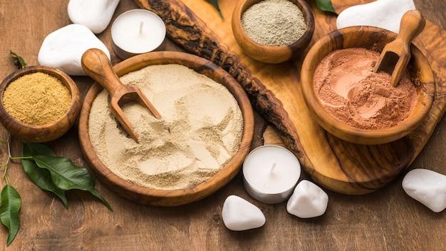 Auswahl feiner pulver in schalen mit schaufeln