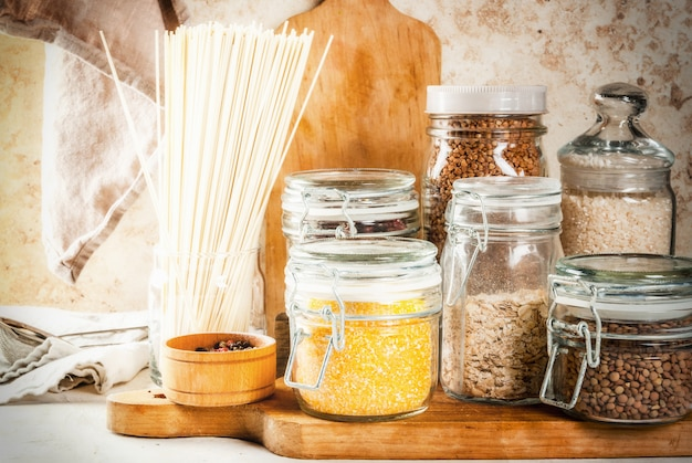 Auswahl glutenfreier produkte in gläsern