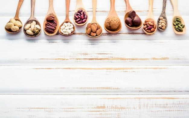 Auswahl lebensmittelquellen von omega-3 und ungesättigten fetten. superfood mit hohem vitamin e und diät