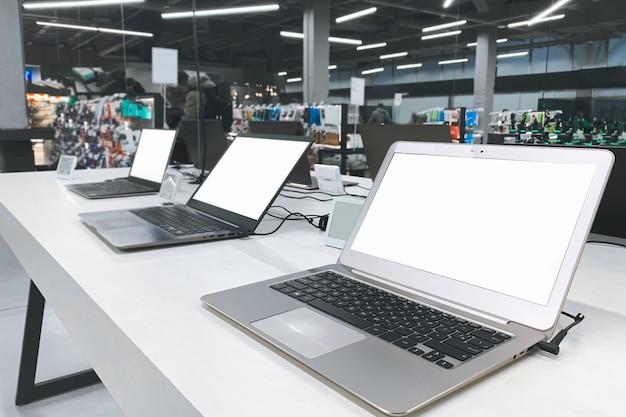Auswahl und kauf eines laptops im elektronikgeschäft. computerladen.