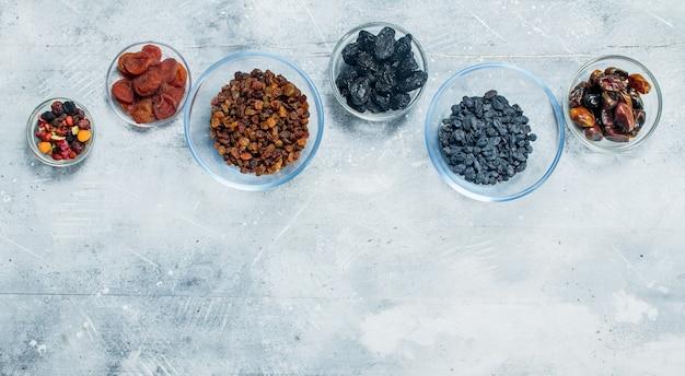 Auswahl verschiedener arten von trockenfrüchten in schalen. auf einem rustikalen.