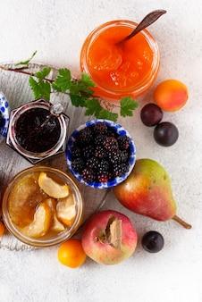 Auswahl verschiedener marmeladen in gläsern
