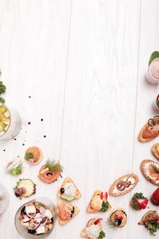 Auswahl verschiedener snacks, copyspace-hintergrund von oben