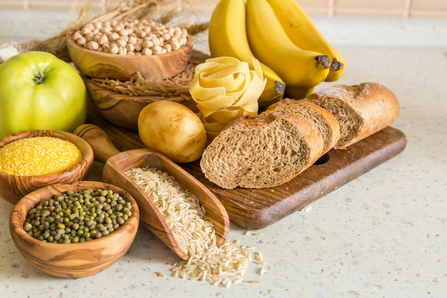 Auswahl von kohlenhydratquellen auf holz