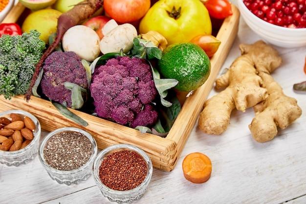Auswahl von superfoods auf weißem hintergrund. bio-lebensmittel