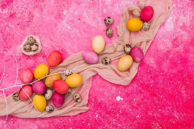 Auszug farbige ostereier auf schal