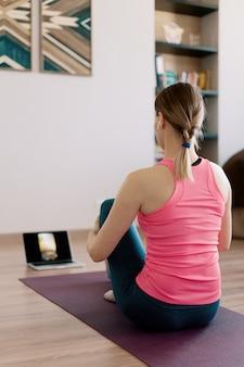 Authentische frau, die zu hause yoga praktiziert