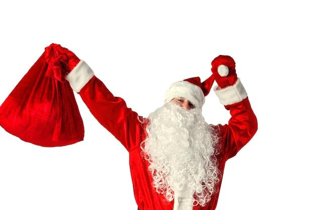 Authentischer weihnachtsmann mit der tüte voller geschenke. auf weiß isoliert.