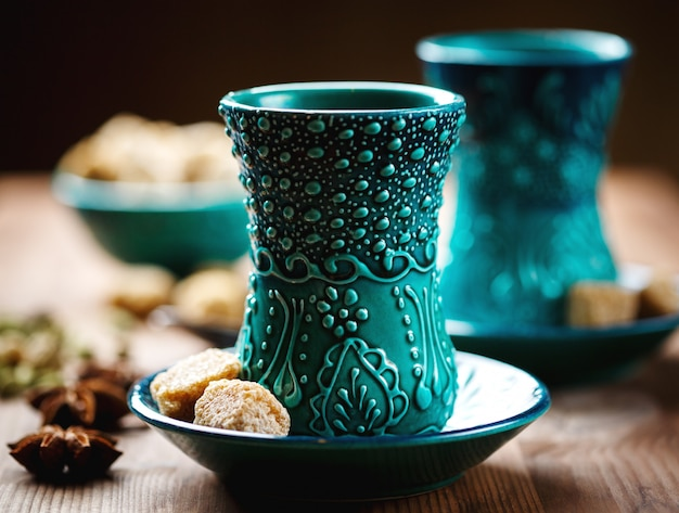 Authentisches blaues geschirr, masala-tee