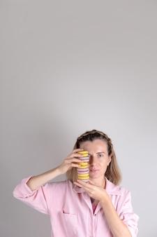 Authentisches frauenporträt mit macarons im handkonditor-lifestyle-foto