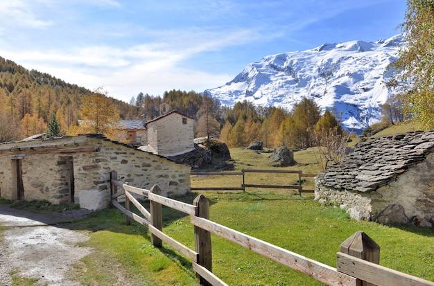 Authentisches und altes französisches alpendorf in berglandschaft