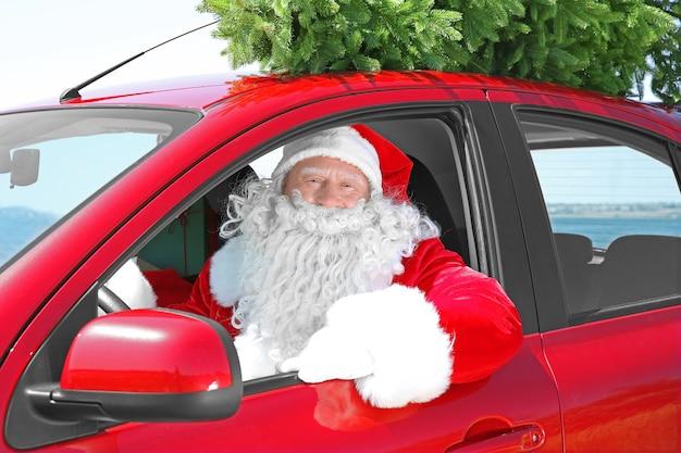 Authentisches weihnachtsmann-auto mit weihnachtsbaum oben drauf