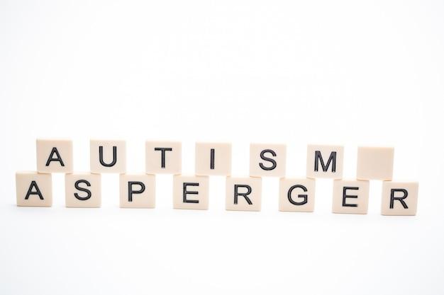 Autismus und asperger buchstabiert in plastikbriefstücken