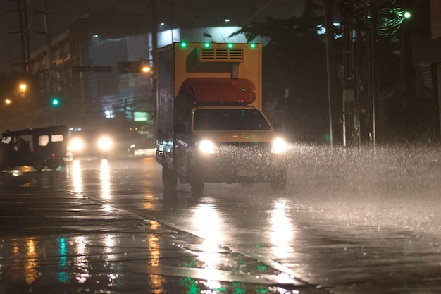 Auto am regnenden tag