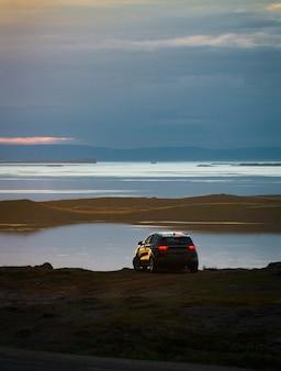 Auto an der schönen landschaftsansicht von island
