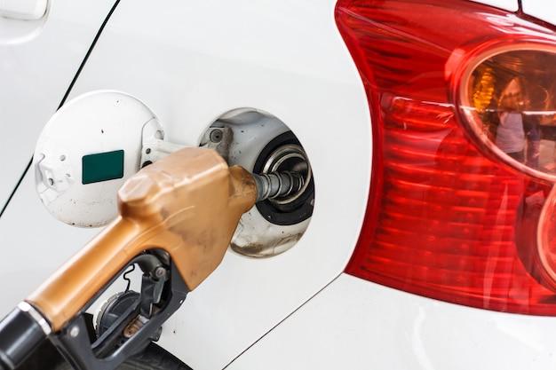 Auto an einer tankstelle mit benzin füllen