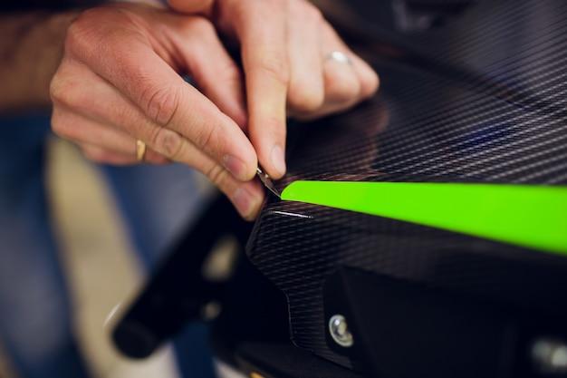 Auto-atv-verpackungsspezialisten, die fahrzeuge mit grüner vinylfolie oder -folie umwickeln