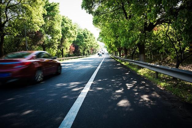 Auto auf asphaltstraße im sommer