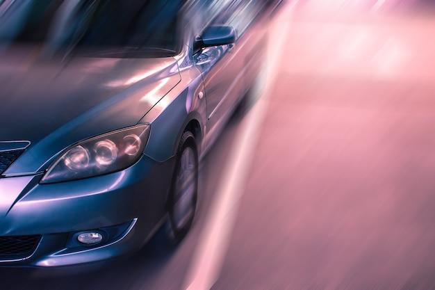 Auto auf dem undeutlichen hintergrund der straße. für automobil oder transport