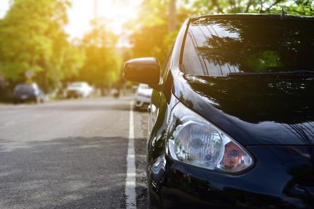 Auto auf der straße geparkt, auto auf der straße geparkt