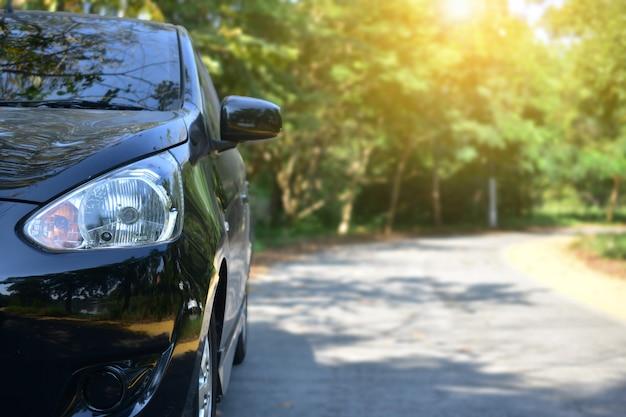 Auto auf der straße geparkt, parkplatz auf der straße