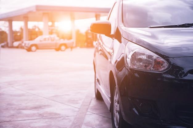 Auto auf der straße geparkt