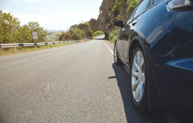 Auto auf der straße. reise. geschwindigkeit. verkehr